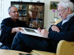 Թումաս Թրանսթրյոմերը աջից: Նրա հետ է այս նկարում, իրանա-շվեդական ծագմամբ նկարիչ Մոդհիր Ահմեդը
